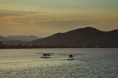 Herbewegungs-Flugzeuge in der Hafen-Stadt des Steinhaufen-Hintergrundes Lizenzfreies Stockbild