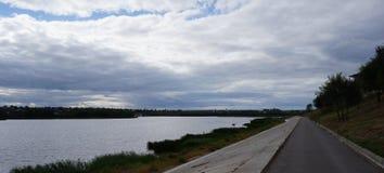 Herbst Ansicht über einen ruhigen Fluss stockfoto