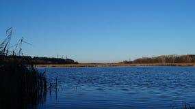 Herbst Ansicht über einen ruhigen Fluss lizenzfreies stockfoto