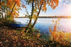 Herbst auf dem Fluss Lizenzfreie Stockbilder
