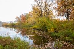 Herbst auf dem Fluss, eine schöne Jahreszeit lizenzfreie stockfotos