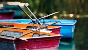 Herbst-aussehendes Bild, Melancholie, Boote im Hafen Stockfotografie