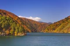 Herbst bei Azusa Lake in den japanischen Alpen Lizenzfreies Stockfoto