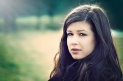 Herbst der jungen Frau im Sonnenlicht stockfotos