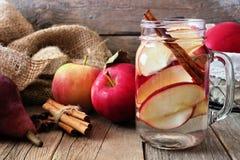 Herbst Detoxwasser mit Apfel, Zimt und roter Birne Stockfotografie