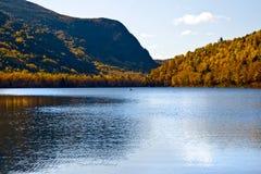 Herbst durch den See mit Kajak Stockfotografie