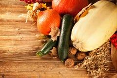 Herbst erntete Obst und Gemüse auf Holz stockbild