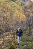 Herbst-Farben und auf Pfad zu verlorenem Tal Glencoe lizenzfreie stockfotos