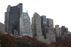 Herbst farbige Bäume mit Gebäuden hinten Stockbild