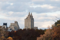 Herbst farbige Bäume mit Gebäuden hinter ihnen Lizenzfreies Stockfoto