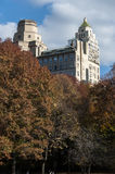 Herbst farbige Bäume mit Gebäuden hinter ihnen Lizenzfreie Stockfotos