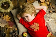Herbst feiern für netten Jungen Herbstkindkleid Familienkindheits-Lebensstilkonzept Hallo September frech stockfotos