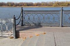 Herbst Flussdamm lizenzfreie stockfotos