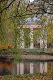 Herbst Gazebo nahe dem Wasser Lizenzfreie Stockbilder