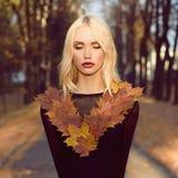 Herbst-gehende schöne blonde Frau Lizenzfreies Stockbild