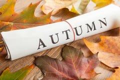 Herbst geschrieben auf Zeitung Stockbild