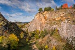 Herbst im alten Steinbruch Lizenzfreie Stockbilder