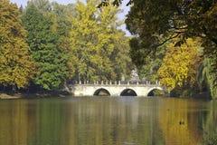 Herbst im Lazienki Park Lizenzfreies Stockbild