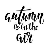 Herbst ist in der Luft Hand gezeichnete Kalligraphie und Bürstenstiftbeschriftung entwerfen Sie für Feiertagsgrußkarte und Einlad vektor abbildung