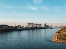 Herbst in Köln: Stadtbild von Köln, Deutschland mit Kathedrale stockbild