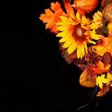 Herbst-oder Danksagungs-Blumenstrauß über schwarzem Hintergrund Lizenzfreies Stockfoto
