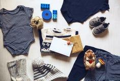 Herbst oder Winter children& x27; s-Ausstattungskleidung Stockfotos