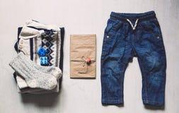 Herbst oder Winter children& x27; s-Ausstattungskleidung Stockfotografie