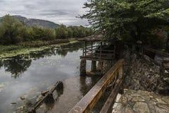 Herbst Pier ist auf dem Fluss Stockfotografie