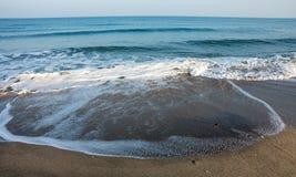 Herbst in Pomorie, Wellen auf einem einsamen Strand, Bulgarien Lizenzfreies Stockbild