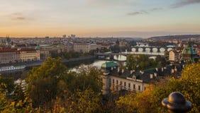 Herbst in Prag Ansicht von Prag, von die Moldau-Fluss- und Prag-Brücken lizenzfreies stockfoto