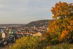 Herbst in Prag Ansicht von Prag, von die Moldau-Fluss- und Prag-Brücken lizenzfreie stockbilder