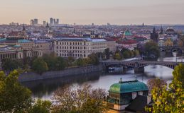 Herbst in Prag Ansicht von Prag, von die Moldau-Fluss- und Prag-Brücken lizenzfreie stockfotografie