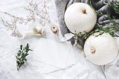 Herbst redete Foto an BRIEFPAPIER-Modellszene der weiblichen Hochzeit Tischplattenmit leerer Grußkarte, Eukalyptus, Bänder lizenzfreies stockfoto