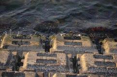 Herbst in Riga, Lettland Wasser, das auf Felsen spritzt Lizenzfreie Stockfotos