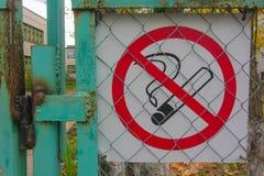 Herbst 2016 Russlands Nikol auf dem grünen Zaunzeichen Nichtraucher- Lizenzfreies Stockfoto