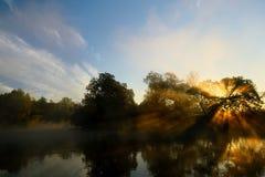 Herbst Sonnenaufgang auf dem Fluss Stockbild
