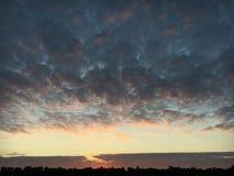 Herbst Sonnenaufgang auf dem Fluss Lizenzfreie Stockbilder