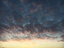Herbst Sonnenaufgang auf dem Fluss Lizenzfreie Stockfotografie
