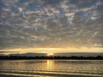 Herbst Sonnenaufgang auf dem Fluss Stockfoto