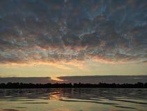 Herbst Sonnenaufgang auf dem Fluss Lizenzfreie Stockfotos