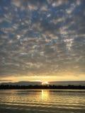 Herbst Sonnenaufgang auf dem Fluss Lizenzfreies Stockfoto