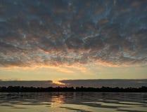Herbst Sonnenaufgang auf dem Fluss Stockbilder