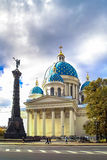 Herbst in St Petersburg Dreiheits--Izmailovskykathedrale (Dreiheits-Kathedrale) lizenzfreie stockbilder