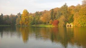 Herbst, Stourhead arbeitet, Wiltshire, England im Garten Lizenzfreies Stockfoto