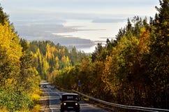 Herbst Straße Russland Landschaft mit einem Stein im Wasser Stockbild