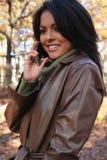 Herbst-Szenen-Fall-Frau mit Handy Lizenzfreie Stockfotografie
