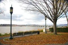 Herbst-Tag durch den Fluss Stockfoto