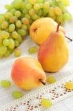 Herbst trägt Birnen- und Traubenstillleben Früchte lizenzfreies stockfoto
