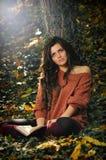Herbst und ein Buch lizenzfreie stockfotografie