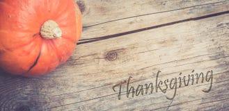 Herbst und Ernten: K?rbis liegt auf einem rustikalen, Holztisch thanksgiving lizenzfreies stockbild